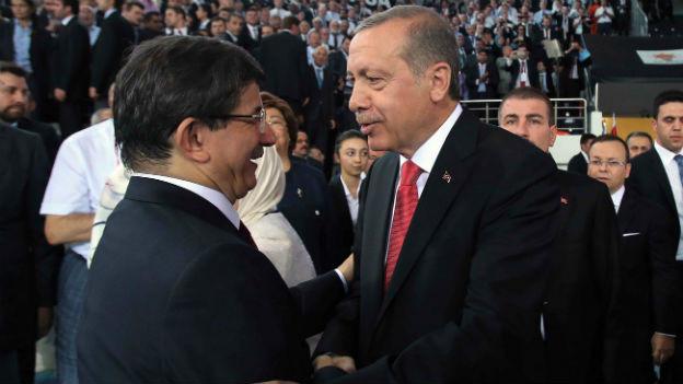 Der neue Präsident umarmt seinen Premier.