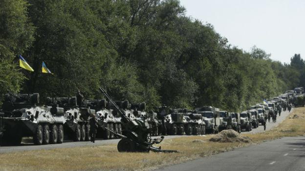 Ukrainische Truppen warten in Mariupol.