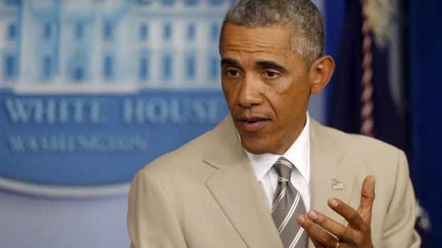 US-Präsident Obama gestikuliert vor dem blauen Schild «White House»