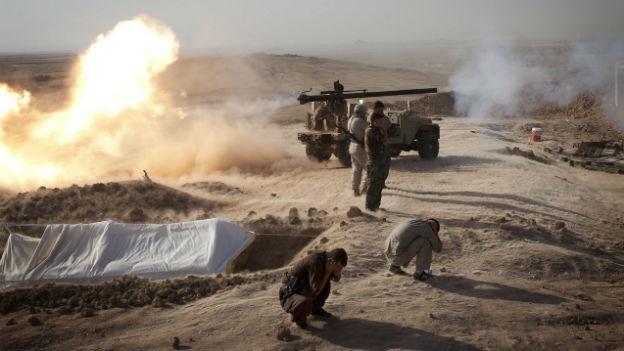 Kurdische Peshmerga-Kämpfer zünden Rakete.