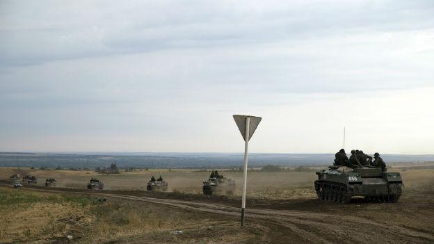 Russische Panzer, Staub, Verkehrsschild, weite Ebene.