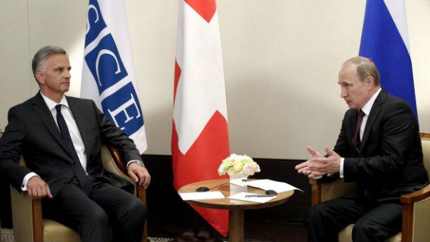 Der Vorsitzende der OSZE spricht mit Wladimir Putin
