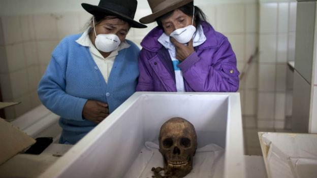 Zwei Peruanerinnen mit den Überresten ihres Vaters, der dem «Leuchtenden Pfad» zum Opfer fiel.