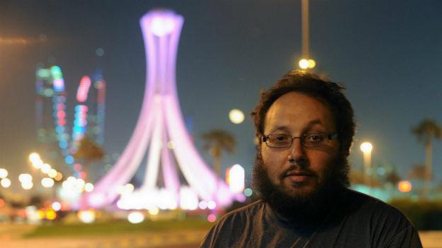 Der Journalist Steven Sotloff steht im Vordergrund, hinter ihm ein Turm in Manama, Bahrein.