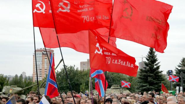 Sowjetische Flaggen bei einer Pro-russischen Gedenkveranstaltung in Donezk am Sonntag.