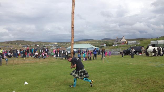 Caber-Werfen an der Landwirtschaftsmesse in Carloway: Nicht nur Folklore, sondern auch kräftiges Zeichen schottischer Eigenständigkeit.