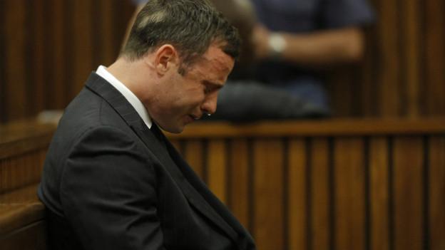 Der südafrikanische Sportstar Oscar Pistorius sackt während der Urteilsverkündung zusammen.