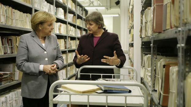 Bundeskanzlerin Angela Merkel, links, und die Bundesbeauftragte fuer die Stasi Unterlagen, Marianne Birthler, schauen sich am Donnerstag, 15. Jan. 2009, im Archiv der Behoerde für die Stasi Unterlagen in Berlin Akten an.