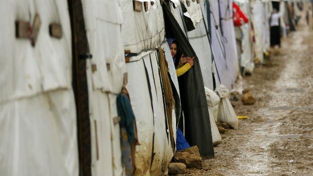Eine junge Syrerin blickt aus einem Zelt im provisorischen Camp Fayda, östlich von Beirut.
