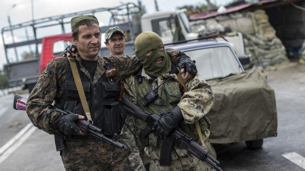Prorussische Rebellen patrouilleren an einem Checkpoint in der Nähe des Flughafens von Donezk im Osten der Ukraine.