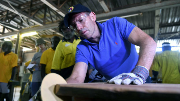 Australiens Premier Tony Abbott bei der Arbeit in einer Möbelproduktionsfabrik der Aborigines.