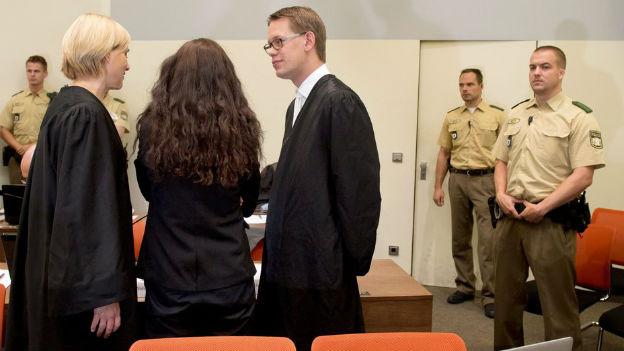Die Hauptangeklagte Beate Zschäpe (Mitte) steht mit ihren Anwälten vor Gericht in München.