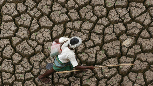 Ein Landwirt auf ausgetrocknetem Land in Hyderabad im Süden Indiens.