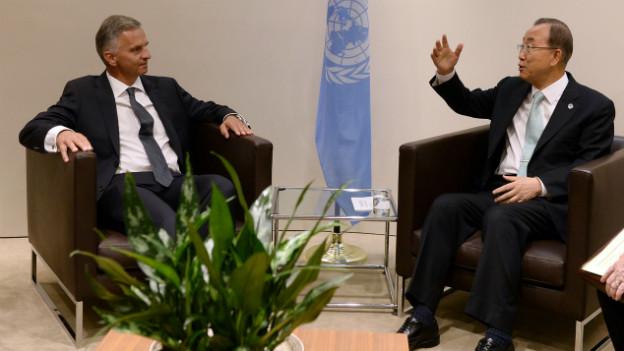 Bundespräsident Burkhalter sitzt gegenüber von UNO-Generalsekretär Ban Ki-moon im UNO Hauptsitz in New York.