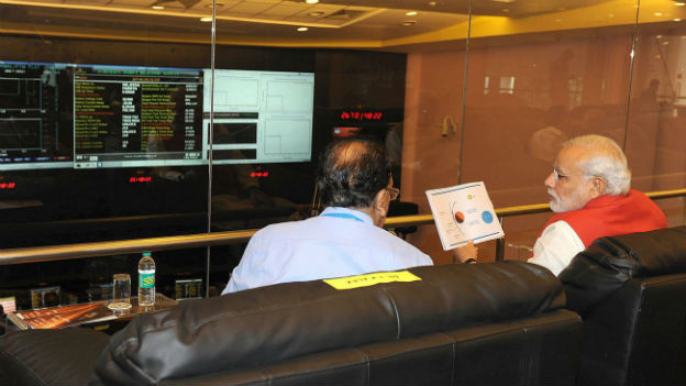 Premierminister Modi sitzt im Kontrollzentrum