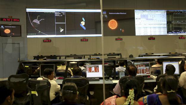 Forscher der Indian Space Research Organisation in der Kommandozentrale in Bangalore.