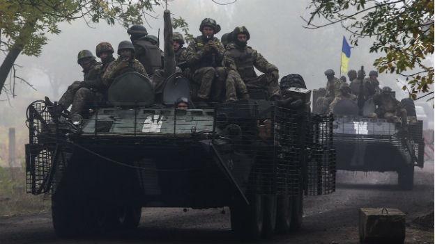 Ukrainische Soldaten fahren auf einem Panzer in die Ostukraine.