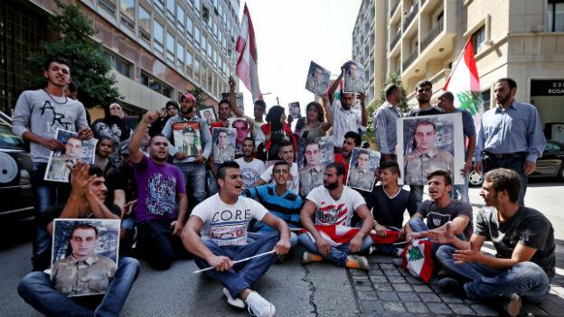 Libanesen machen in Beirut auf von der Terrorgruppe Islamischer Staat gekinappte Soldaten aufmerksam.