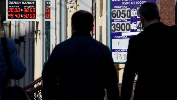 Eine Geldwechsel-Stelle in Moskau zeigt den aktuellen Rubel-Kurs an.