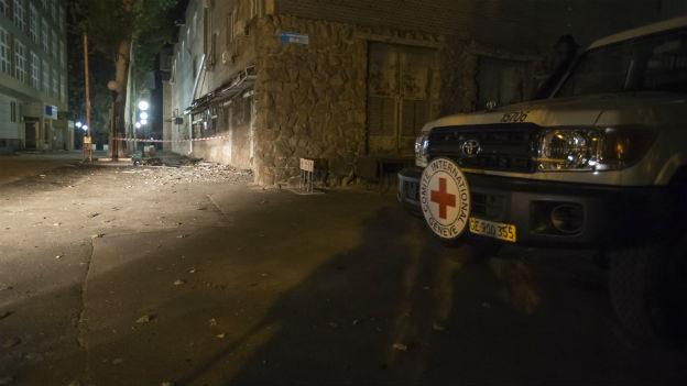 In der Nacht: Das IKRK-Gebäude nach dem Anschlag.