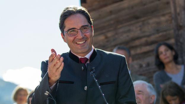 Der Südtiroler Landeshauptmann Arno Kompatscher während einer Rede unter freiem Himmel.