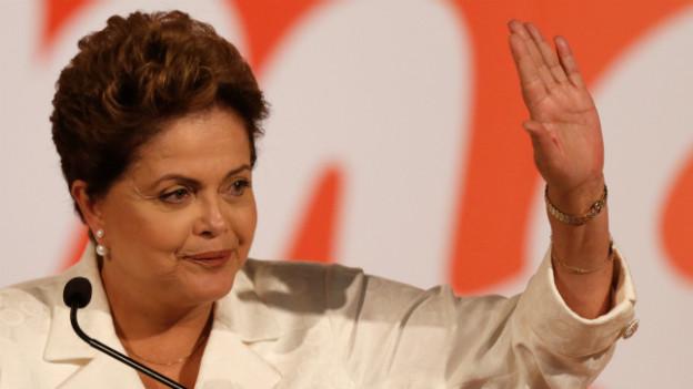 Dilma Rousseff spricht mit Reportern bei einer Konferenz am Sonntag.