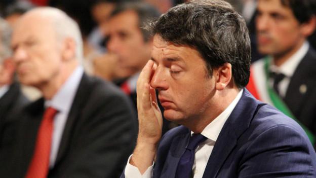 Matteo Renzi fasst sich nachdenklich an den Kopf - während einer Messe in der Nähe von Perugia.