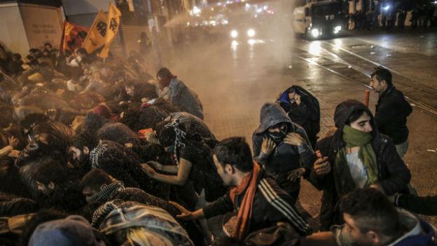 Demonstranten in Istanbul fliehen vor der Polizei.