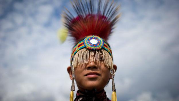Ein Junge eines Ur-Volkes vor einer Tanzaufführung.