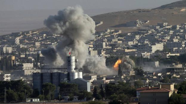 Rauchsäulen über Kobane: Trotz den Luftschlägen gewinnen die IS-Terroristen aber offenbar an Terrain.