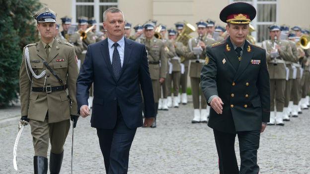 Die Verteidigungsminister Polens und der Ukraine nehmen an anlässlich von Gesprächen an einer Militärparade teil.