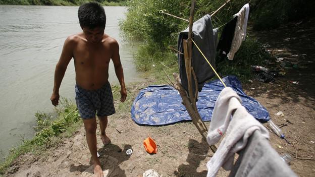 Ein Einwanderer aus Mexiko wartet am Ufer des Rio Grande in Reynosa auf die Nacht, um illegal in die USA zu kommen.