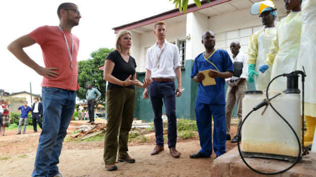 Helfer in einer Ebola-Station in Freetown (Sierra Leone).