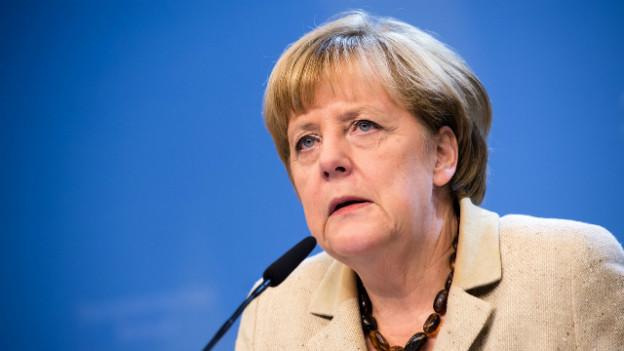 Die deutsche Bundeskanzlerin gibt eine Pressekonferenz in Brüssel.