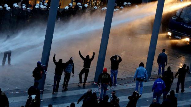Vor dem Hauptbahnhof Köln geht die Polizei mit Wasserwerfern gegen gewalttätige Hooligans vor.