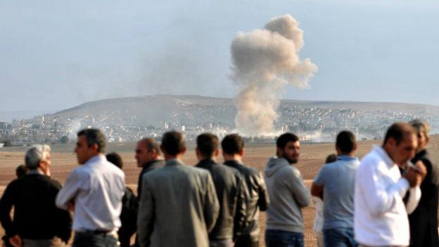 Flüchtlinge beobachten von der Türkei aus die Kämpfe in der syrischen Stadt Kobane.