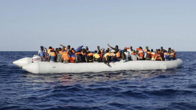 Das Bild zeigt ein Flüchtlingsboot mitten im Meer
