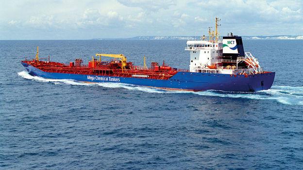 Der blau-rote Chemietanker Breithorn auf dem offenen Meer.