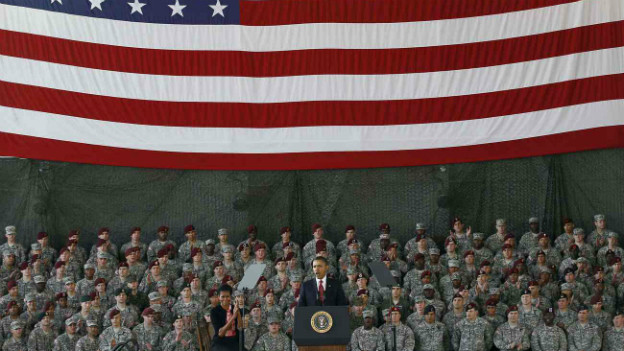 US-Präsident Obama steht am Rednerpult vor vielen Soldaten und einer US-Fahne.
