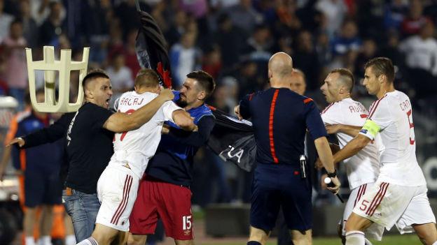 Tumult auf dem Spielfeld zwischen Serbischen und Albanischen Fussballern.