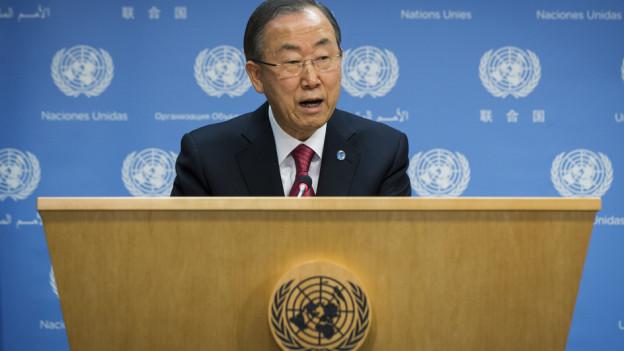 Uno-Generalsekretär Ban Ki-Moon an einem Rednerpult. Im Hintergrund eine blaue Wand und das Logo der Vereinten Nationen.