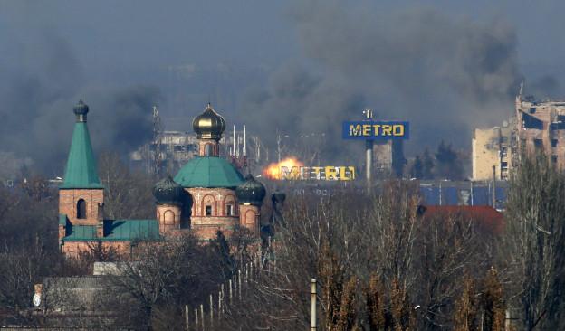 Das Bild zeigt aus der Ferne wie Rauch aufsteigt über einem Gebäude in Donezk.