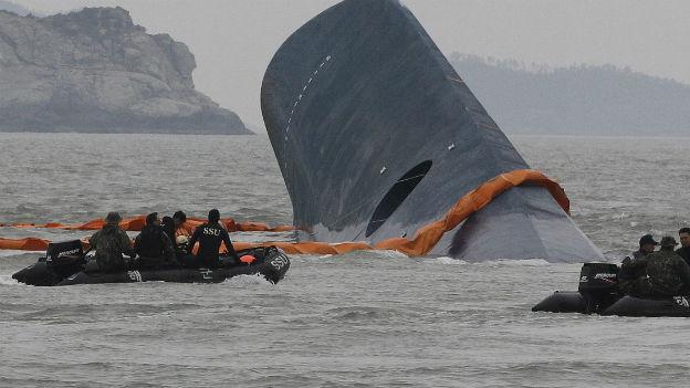 Zwei Rettungsboote, dazwischen ein Rumpfteil der Unglücksfähre Sewol.