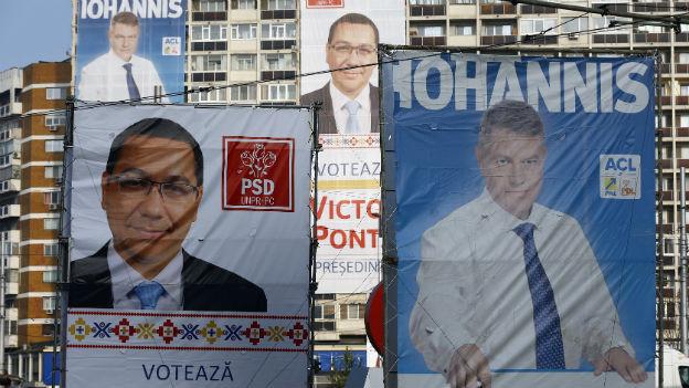 Hochhausfassaden in Bukarest mit Wahlplakaten von Victor Ponta und Klaus Iohannis.