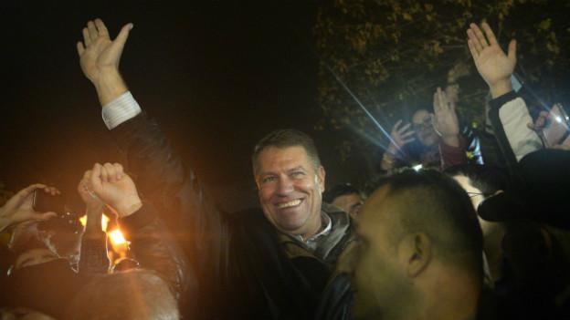 Klaus Iohannes nimmt en Bad in der Menge und lässt sich von seinen Anhängern bejubeln.