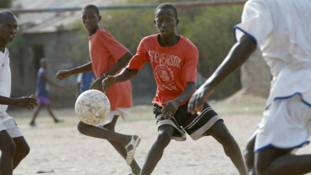 Jugendliche in Senegal beim Fussballspielen.