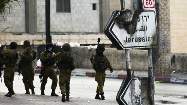 Ein beschädigtes Strassenschild mit der Aufschrift «Jerusalem».