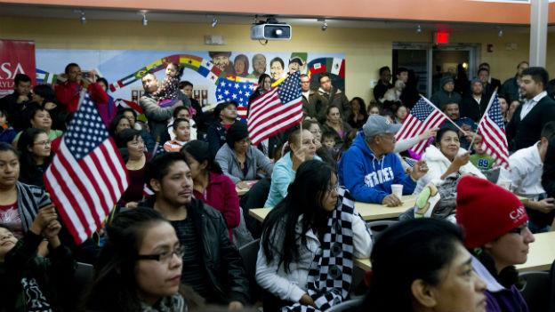 Menschen im «Casa de Maryland» in Hyattsville verfolgen Obamas Rede.