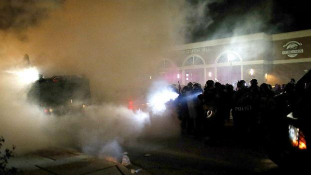 Neue Proteste in Ferguson (Missouri): Polizisten drängen Demonstranten zurück.
