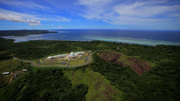 Luftaufnahme des Regierungssitzes in Melekeok, Hauptort der Insel Palau (Peleliu).